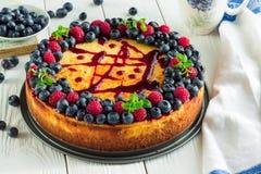Gâteau au fromage avec des baies Image stock