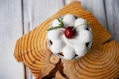 Gâteau au fromage avec des cerises dans les tartelettes Sur des formes intéressantes de cadre en bois Photographie stock libre de droits