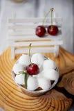 Gâteau au fromage avec des cerises dans les tartelettes Sur des formes intéressantes de cadre en bois Image stock