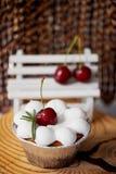 Gâteau au fromage avec des cerises dans les tartelettes Sur des formes intéressantes de cadre en bois Photos libres de droits