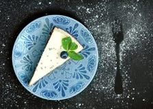 Gâteau au fromage avec des myrtilles sur un fond noir Photographie stock
