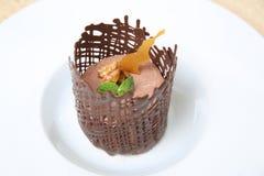 Gâteau au fromage avec du chocolat et le caramel photo libre de droits