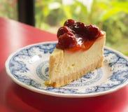 Gâteau au fromage avec l'écrimage de baies Photos stock