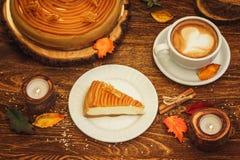 Gâteau au fromage avec le caramel dans le style rustique Photographie stock libre de droits