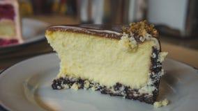 Gâteau au fromage avec le caramel sur le plan rapproché de plat photos libres de droits