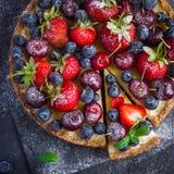 Gâteau au fromage avec les baies fraîches d'été Images stock