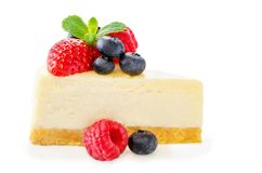 Gâteau au fromage avec les baies fraîches et les feuilles en bon état d'isolement Images stock