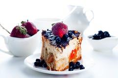 Gâteau au fromage avec les fraises et le chocolat Photo stock