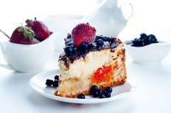 Gâteau au fromage avec les fraises et le chocolat Images libres de droits