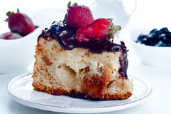 Gâteau au fromage avec les fraises et le chocolat Image libre de droits