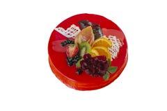 Gâteau au fromage avec les fraises fraîches et la menthe d'isolement sur le fond blanc photographie stock