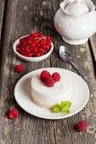 Gâteau au fromage avec les framboises fraîches et les feuilles en bon état Images libres de droits
