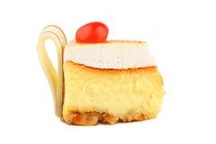 Gâteau au fromage avec une cerise rouge et des bandes de chocolat Photographie stock libre de droits