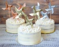 Gâteau au fromage crème avec la décoration de papier Photographie stock