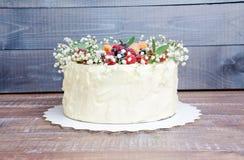 Gâteau au fromage crème de mariage avec des baies Image libre de droits
