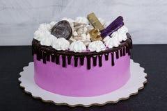 Gâteau au fromage crème rose avec des bonbons à chocolat Photographie stock