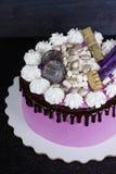 Gâteau au fromage crème rose avec des bonbons à chocolat Image libre de droits