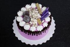 Gâteau au fromage crème rose avec des bonbons à chocolat Images libres de droits