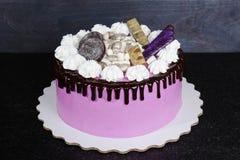 Gâteau au fromage crème rose avec des bonbons à chocolat Photos libres de droits