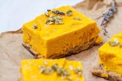Gâteau au fromage cru de potiron de vegan Photographie stock libre de droits