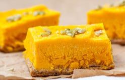 Gâteau au fromage cru de potiron de vegan Image stock