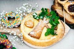 Gâteau au fromage décoré d'une carotte sous forme d'arbre photographie stock