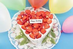 Gâteau au fromage d'anniversaire avec des fraises Photo stock