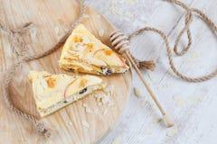 Gâteau au fromage d'Apple sur le bois photos libres de droits