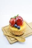 Gâteau au fromage d'isolement de baies sur la planche à découper en bois, baies douces Photographie stock