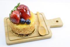 Gâteau au fromage d'isolement de baies sur la planche à découper en bois, baies douces Photo libre de droits