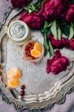 Gâteau au fromage dans le pot avec la mandarine et les baies Image libre de droits