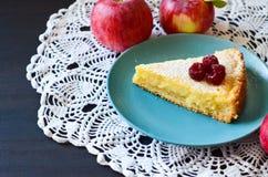 Gâteau au fromage dans un bol de framboises à côté de la nappe, et pommes Images stock