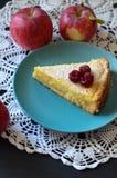 Gâteau au fromage dans un bol de framboises à côté de la nappe, et pommes Image libre de droits