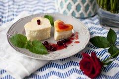 Gâteau au fromage dans une forme de coeur Photo libre de droits