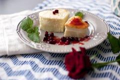 Gâteau au fromage dans une forme de coeur Images stock