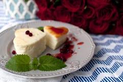 Gâteau au fromage dans une forme de coeur Image libre de droits