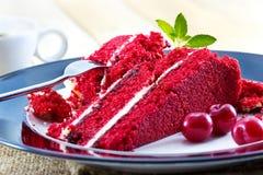 Gâteau au fromage de cerise et tranches de cerise crue avec la menthe, dessert délicieux avec du café images stock