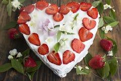 Gâteau au fromage de coeur avec des fraises Images libres de droits