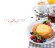 Gâteau au fromage de cottage et café russe et baies fraîches Photo stock