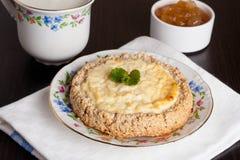 Gâteau au fromage de cottage, menthe décorée d'un plat Image libre de droits