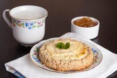 Gâteau au fromage de cottage, menthe décorée d'un plat Images stock