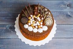 Gâteau au fromage de crème d'égouttement de couleur avec la décoration de chocolat Image libre de droits