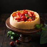 Gâteau au fromage de fraise avec le basilic Images stock