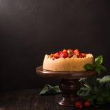 Gâteau au fromage de fraise avec le basilic Photos libres de droits