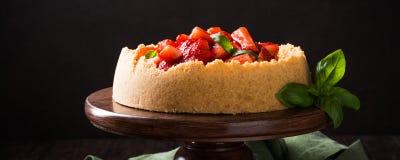 Gâteau au fromage de fraise avec le basilic Photographie stock libre de droits