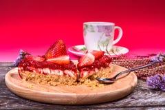 Gâteau au fromage de fraise de plat en bois avec la tasse de café Image stock