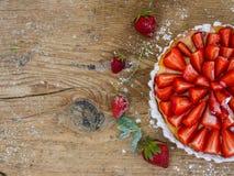 Gâteau au fromage de fraise sur un fond en bois Image libre de droits