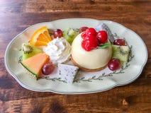 Gâteau au fromage de fruit avec la cerise Photographie stock libre de droits