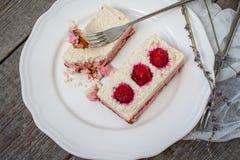 Gâteau au fromage de gâteau d'anarcadier et fraises crus de baies, cerises Photos stock