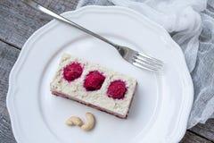 Gâteau au fromage de gâteau d'anarcadier et fraises crus de baies, cerises Photographie stock